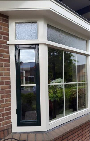 MM van Veen Schilderwerken: de glaszetter in Roelofarendsveen. Voor het vervangen van ruiten, beglazen van uw huis of het renoveren van kozijnen en deuren.